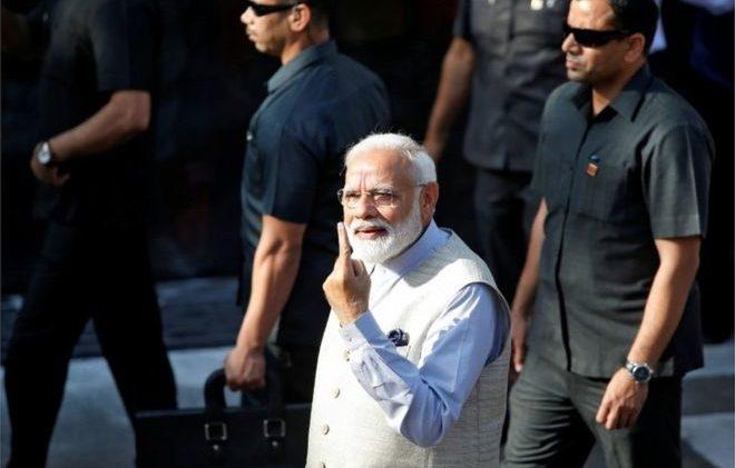 Нарендра Моди демонстрирует, что он проголосовал на парламентских выборах